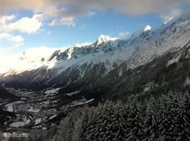 Chalet Haute Bergen, Chamonix Mont Blanc. Uitzicht vanuit skigebied Les Houches over de Vallée de Chamonix Mont Blanc. Skigebied Les Houches is zeer geschikt voor families en groepen. Het biedt voor elk wat wils.
