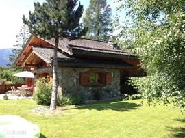 Chalet Haute Bergen, Chamonix Mont Blanc. het chalet en de tuin geven voldoende ruimte om met grote groepen toch privacy te hebben.