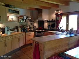 Chalet Haute Bergen, Chamonix Mont Blanc.De rijk uitgeruste keuken is een genot om in te koken. De keuken is praktisch ingericht.De open keuken zorgt ervoor dat je altijd met elkaar in contact bent.