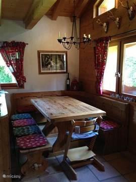 Chalet Haute Bergen, Chamonix Mont Blanc. De zithoek. De gezellige zithoek is multi-functioneel. Eten, borrelen, spelletje spelen, krant lezen etc.