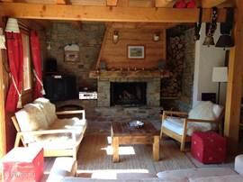 Chalet Haute Bergen, Chamonix Mont Blanc. De woonkamer. Na een dag skien is het goed toeven bij de open haard.