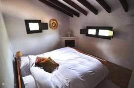 Ruime slaapkamer voor 2 met bijhorende douchekamer.