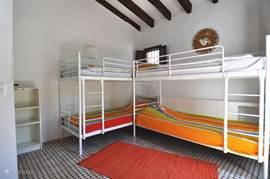 Ruime slaapkamer met 2 stapelbedden - omdat samen slapen voor kinderen toch zo veel leuker is!