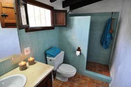 Frisse douchekamer met toilet.