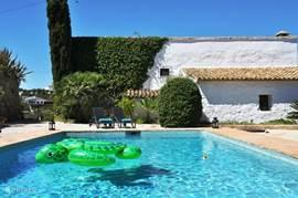 Azuurblauw privézwembad, zonder inkijk!
