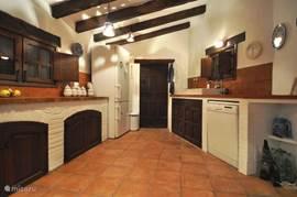 Sfeervolle finca-keuken, met alle comfort (grote koelkast, vaatwasser, etc).