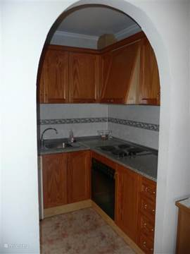 De nette, in hout uitgevoerde keuken, gezien vanuit de woonkamer. In december 2014 is er een nieuwe kookplaat geïnstalleerd (inductie), nieuwe oven en een nieuwe wasmachine.