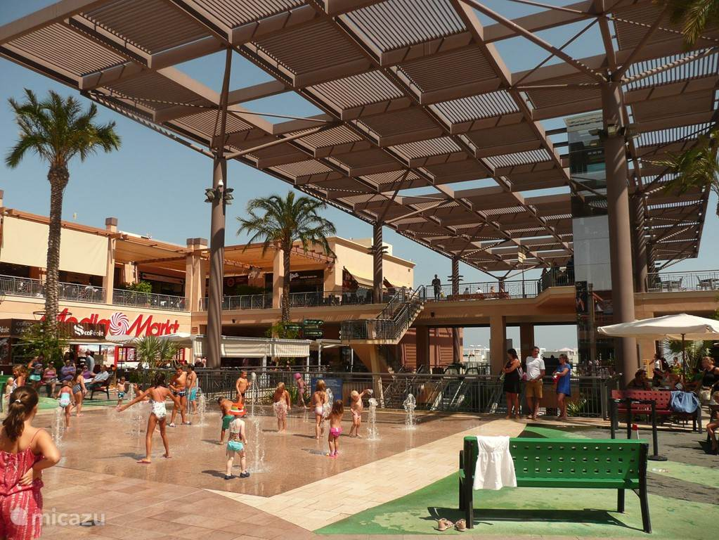 Het nieuwe, mega winkelcentrum 'La Zenia Boulevard / Alcampo' trekt toeristen van heinde en verre. Het heeft vele internationale topmerken zoals H&M, Primark, Zara, Zara Home, Jack&Jones, Media Markt, Desigual, enz.
