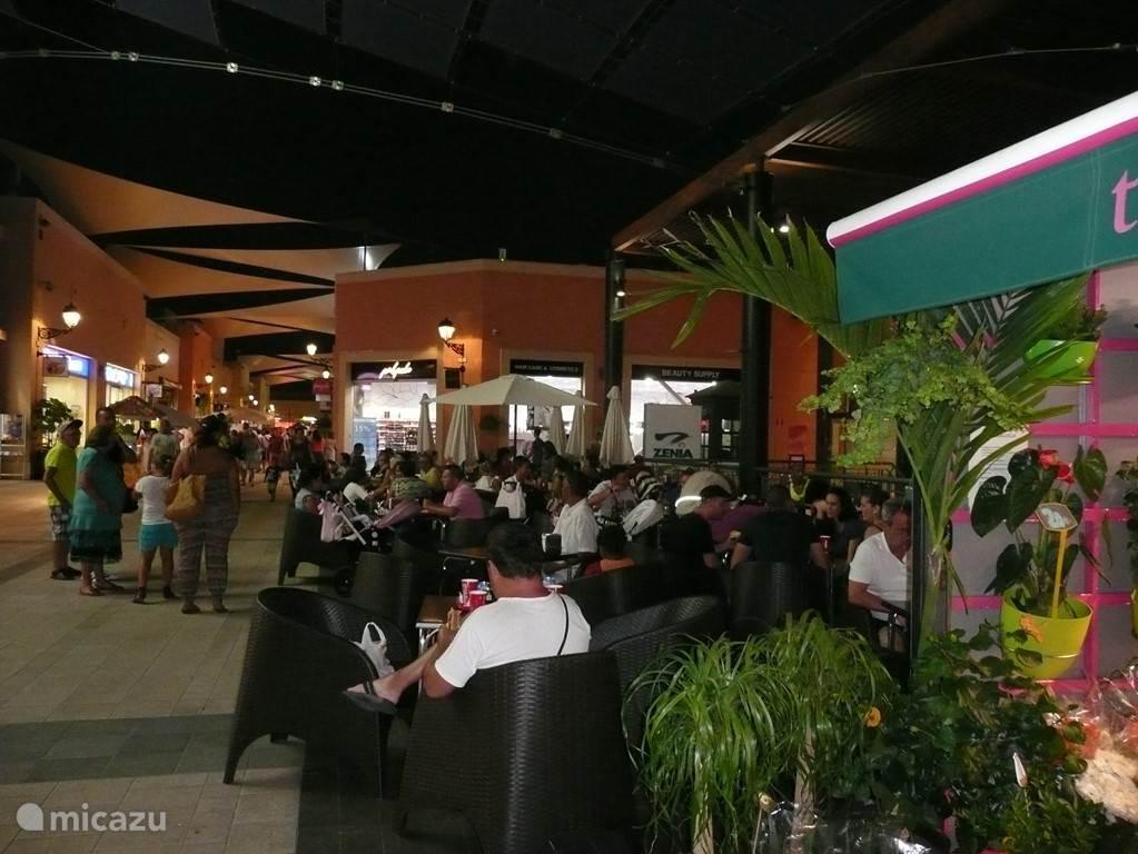 Tot 's avonds laat is er vertier voor jong en oud in het winkelcentrum 'La Zenia Boulevard / Alcampo'