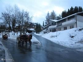 Villa Boskoop in de sneeuw. De weg wordt schoon gehouden. De villa is altijd goed bereikbaar met voldoende gratis parkeergelegenheid. Op ongeveer 700 meter hoogte is er in de winter bijna altijd sneeuw. Een ideaal wintersportgebied vlak bij huis. Goedkoper, sneller en rustiger dan bijv. Oostenrijk