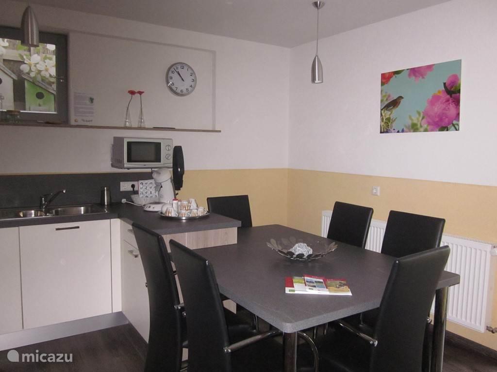 Onze gezellige, ruime keuken, met deur naar het terras