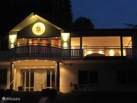 De ingang van Villa Boskoop. Hier vind je rust, ruimte, luxe en verbondenheid met de natuur in een moderne, stevig en duurzaam gebouwde Villa. Comfortabel ingericht en 4 van de 5 sterren gekregen!