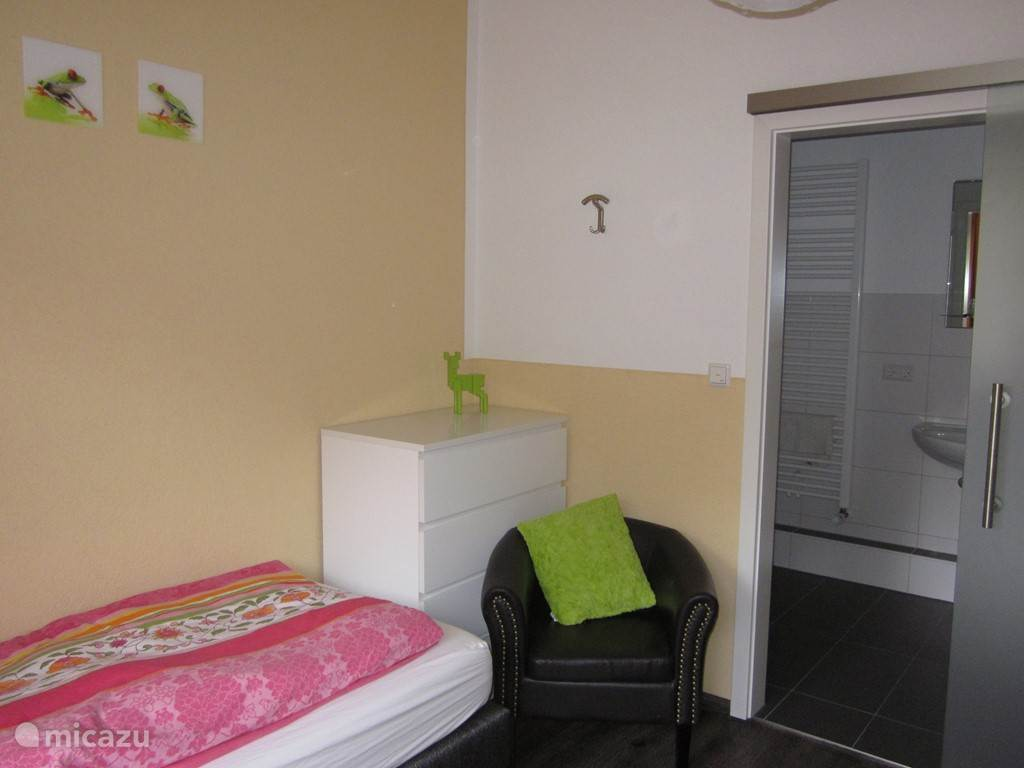 Slaapkamer, met schuifdeur naar de badkamer