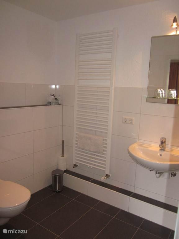 Badkamer, aangrenzend aan de slaapkamer, aangepast
