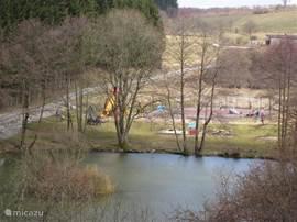 Uitzicht vanuit de Villa, met speeltuintje.