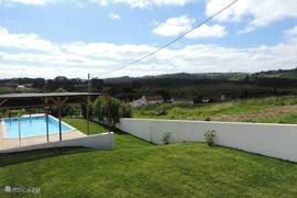 Uitzicht over zwembad en dal