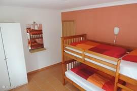 De tweede slaapkamer met stapelbed, sofabed en kledingkast