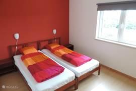 Tweede slaapkamer met 2 grote eenpersoonsbedden en grote kast