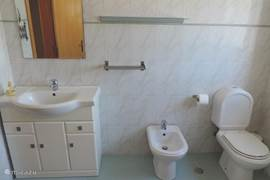Badkamer met bad/douche, toilet, bidet, en wastafel