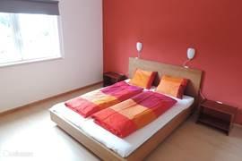 Ruime master bedroom met tweepersoonsbed en grote kast