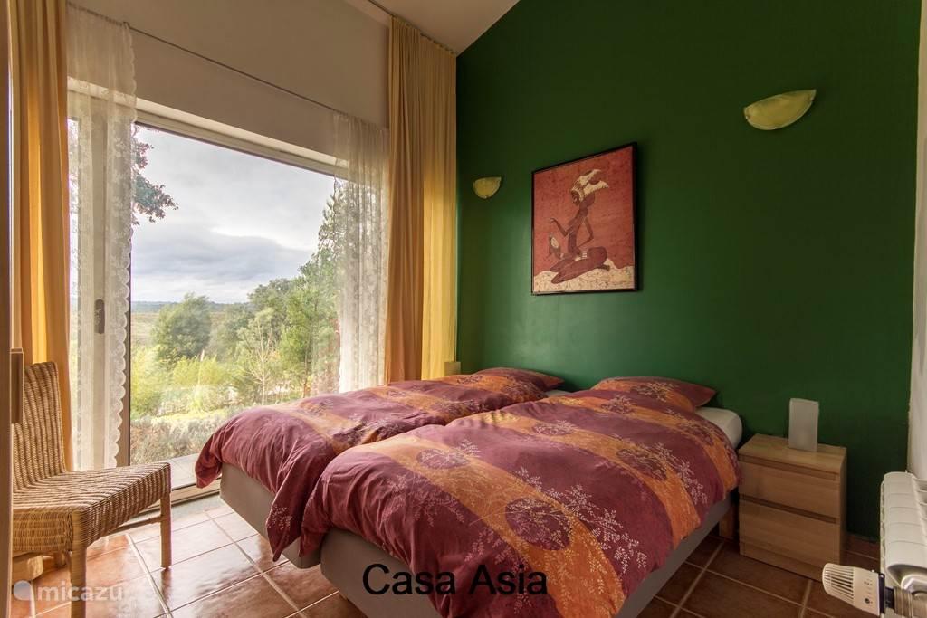 Slaapkamer met 2 eenpersoons boxspringbedden en vrij uitzicht