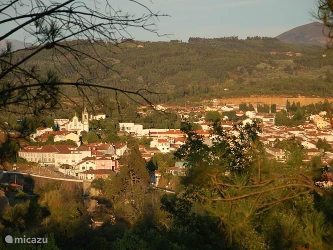 Ons dorp Coja, mooi gelegen aan de voet van de bergen.