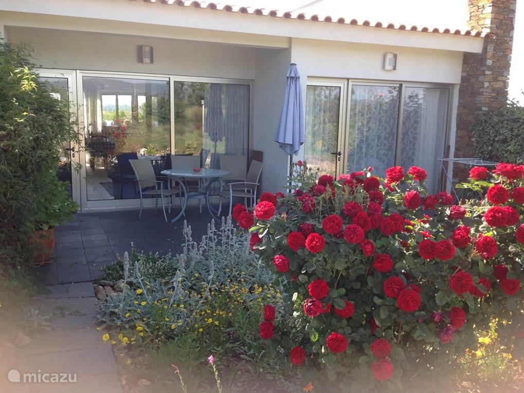 Groot terras (casa Portuguesa) aan de voorkant van uw bungalow met eigen tuin en veel privacy.