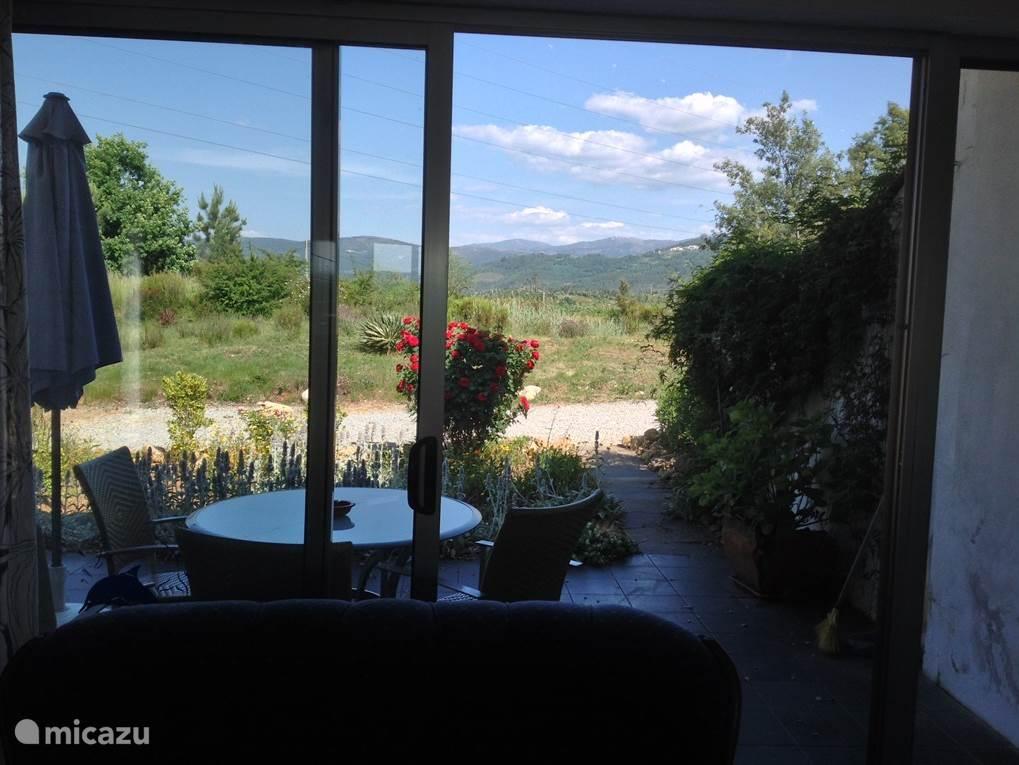 Elke bungalow heeft een prive terras met prachtig uitzicht op de bergen en pittoreske bergdorpjes