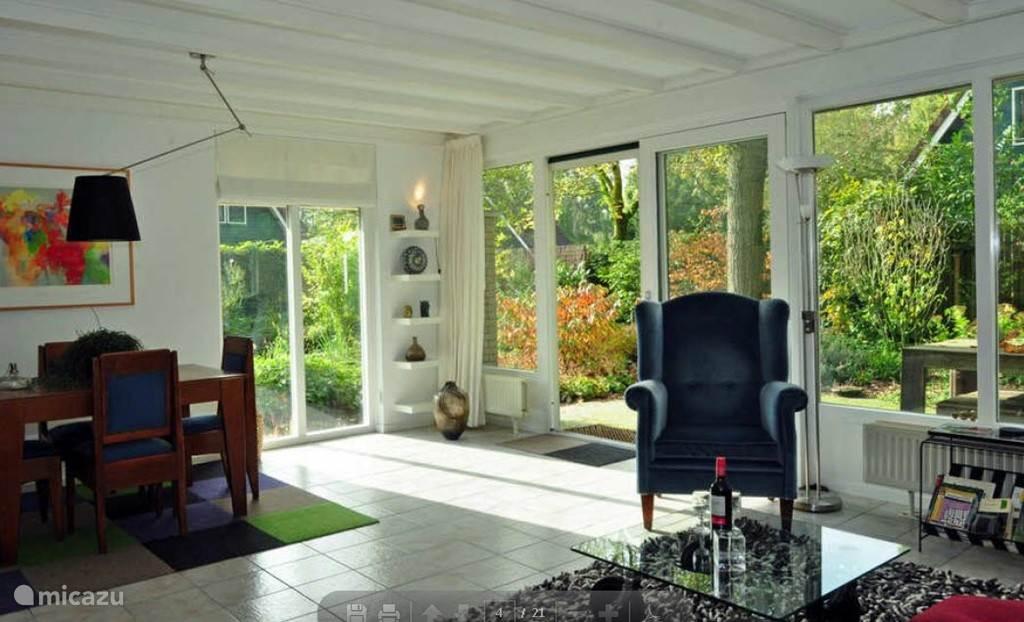 Voortwisch FAIRWAY heeft een zeer zonnige woonkamer met uitzicht op de schitterend aangelegde tuin met vijver