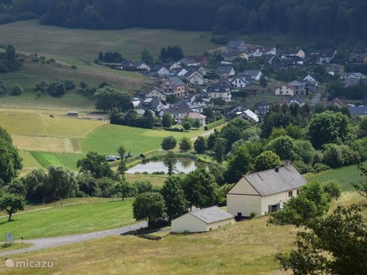 U hoeft niet bang te zijn voor overlast van en aan buren. De boerderij ligt op vijfhonderd meter van het dorp.