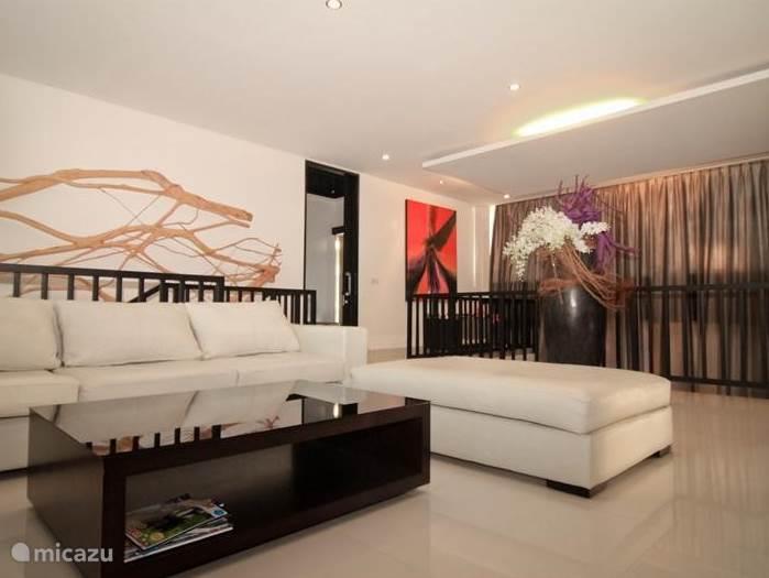 Tweede woonkamer/lounge ruimte op de eerste verdieping, ook hier treft u een LCD display aan