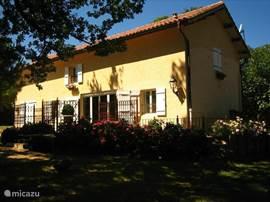 Vakantiehuis Mousquey, aan twee kanten tussen de bloeiende hortensia's met een groot terras aan tuinzijde. Vrijstaand gelegen met privé zwembad en privé park.
