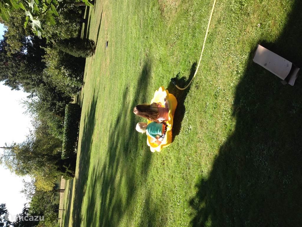 Verplaatsbaar kinderbadje met riant uitzicht. Zo is er ook een bakje, die als extra zandbak kan worden gebruikt.