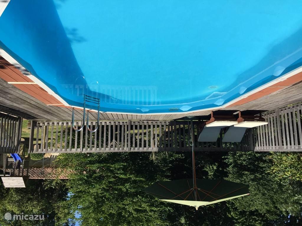 Zwembad met zandfilter, daarom geen chloorsmaak