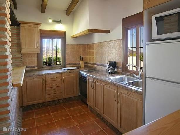 ingebouwde keuken met massief granieten aanrechtblad