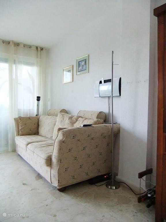 De woon/slaapkamer vanaf hal, 1x tweepersoons bedbank