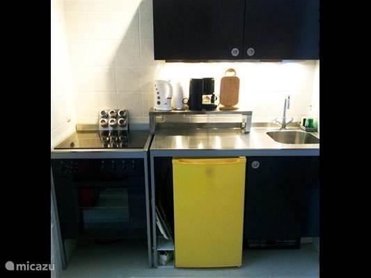 kitchenette / fornuis met oven, koelkast met vriesvakje en magnetron