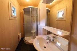 de tweede badkamer is op de begane grond en heeft een douche, wastafel en toilet.