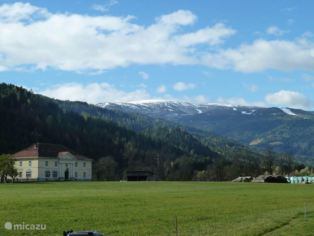 Een heerlijk vrij uitzicht vanuit het terras en de tuin. Op de achtergrond de Kreischberg, in de winter een gewaardeerd wintersportgebied.