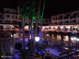 op de plaza van Villa Martin treft u diverse restaurants en pubs aan waar het fijn vertoeven is