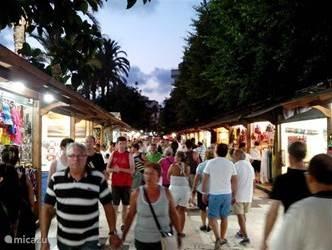 Iedere avond is er op de boulevard van Torrevieja een gezellige markt.