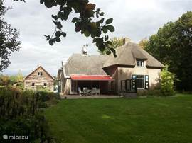 Rust en ruimte. Zowel het huis als het bijbehorende landgoed (8 hectare) bieden dit in volle mate. Ruime kamers met eigen badkamers, waarvan een op de begane grond. Met verwarmd zwembad in een prachtige tuin, badhuisje, schuur en van alle gemakken voorzien in het mooie IJssel landschap.