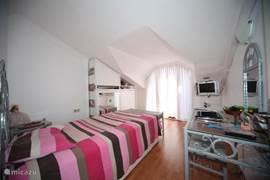 Slaapkamer met bakon,kledingkast,tv,dvd,airco,zitje, kaptafel met spiegel.Bed is 120x200cm