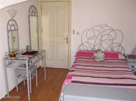 slaapkamer met balkon en voorzien van een airco tv+dvd speler kaptafe,kledingkast
