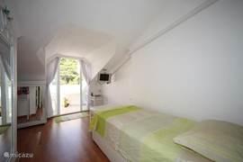 eenpersoonsslaapkamer met balkon,tv,dvd,kapafel met spiegel,zitje,airco. Bed is 90x200cm