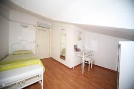 eenpersoonsslaapkamer met kaptafel eigen tv + dvd speler,spiegel en zitje
