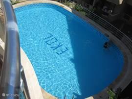 Zwembad bevind zich achter in het tuin.dit is de uitzicht vanaf het balkon.