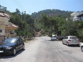 het uitzicht naar bergen links voor kant van het huis.