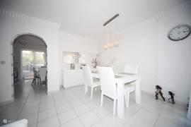 eetkamer met 4 stoelen en dressoir+ spiegel.