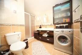 badkamer voorzien van een warm water door middel van een boiler, wasmachine,douche, wc